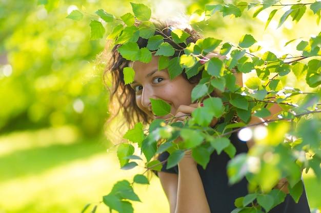 Portret van jonge mooie brunette geniet van wandelen in het groene zomerpark