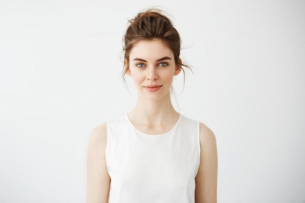 Portret van jonge mooie brunette vrouw die lacht