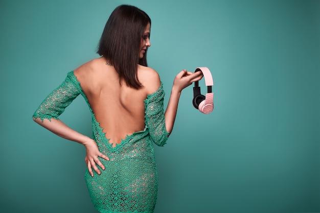 Portret van jonge mooie brunette vrouw met koptelefoon