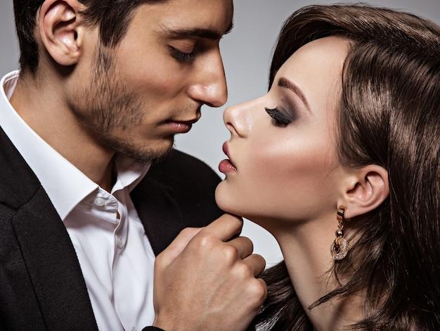 Portret van jonge mooie flirten verliefde paar