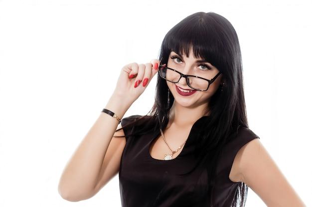 Portret van jonge mooie gelukkige donkerbruine vrouw die met oogglazen camera bekijken