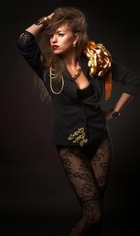 Portret van jonge mooie kaukasische blonde vrouw in mode gouden lichaam