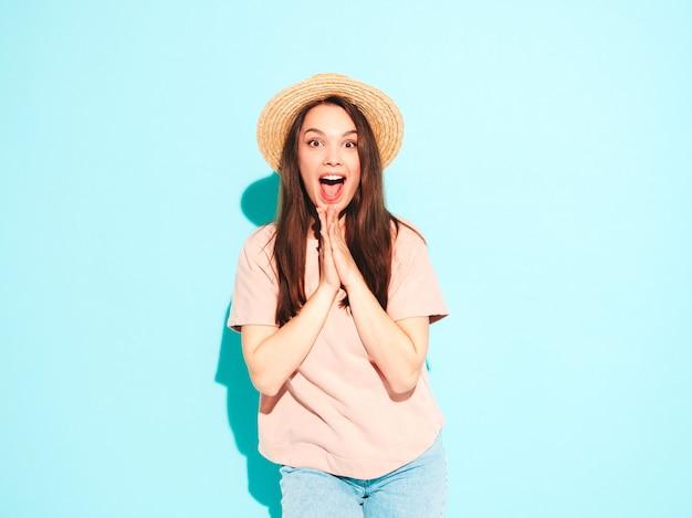 Portret van jonge mooie lachende vrouw in trendy zomer hipster kleding