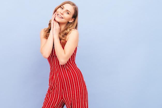 Portret van jonge mooie lachende vrouw in trendy zomer rode pak kleding