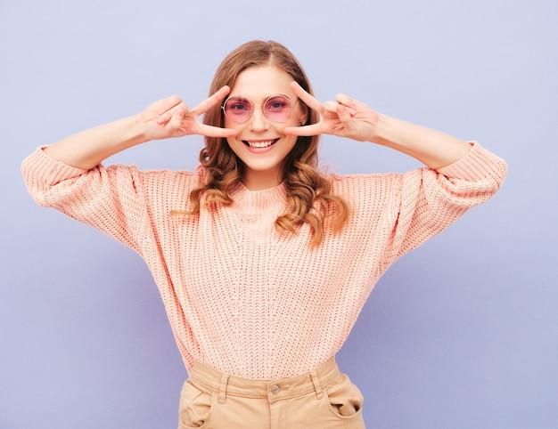 Portret van jonge mooie lachende vrouw in trendy zomerkleren