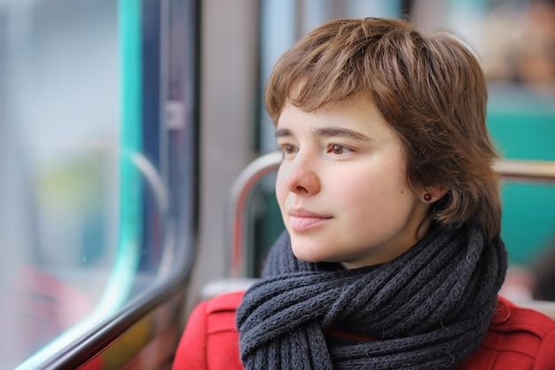 Portret van jonge mooie meisje in de parijse metro