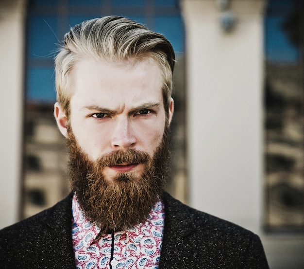 Portret van jonge mooie modieuze man