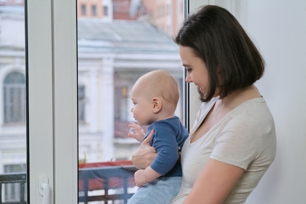 Portret van jonge mooie moeder en peuterzoon