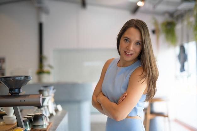 Portret van jonge mooie multi-etnische onderneemster bij de koffiewinkel