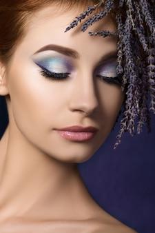 Portret van jonge mooie roodharige vrouw met bloemen lavendel krans in haar haar