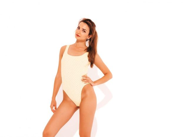Portret van jonge mooie sexy glimlachende vrouw in geel zwembroekbadpak. trendy meisje. positief wijfje dat gek wordt. grappig model geïsoleerd
