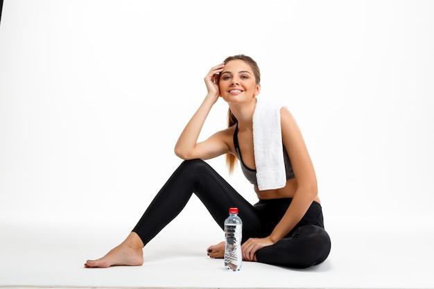 Portret van jonge mooie sportieve meisje op witte achtergrond.