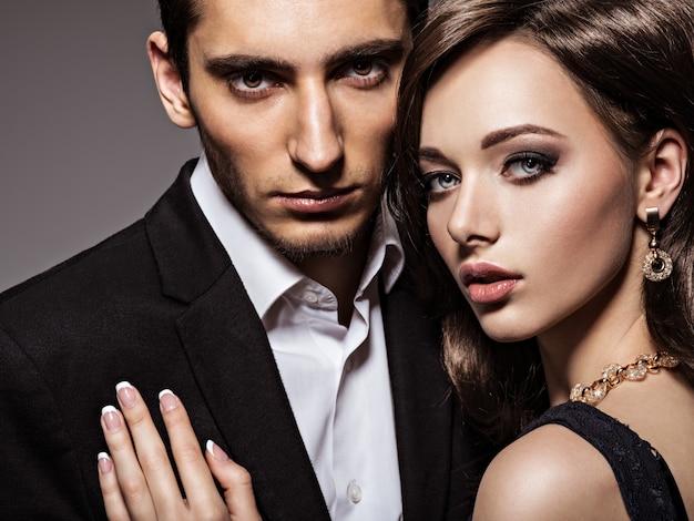 Portret van jonge mooie verliefde paar.