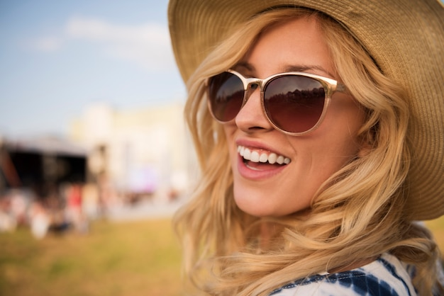 Portret van jonge mooie vrouw close-up