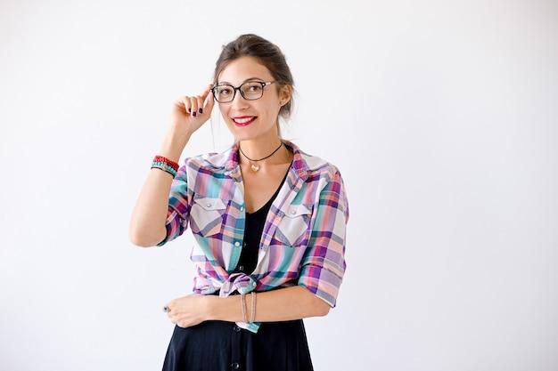 Portret van jonge mooie vrouw die een bril draagt
