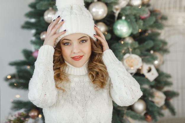 Portret van jonge mooie vrouw die een sweater draagt