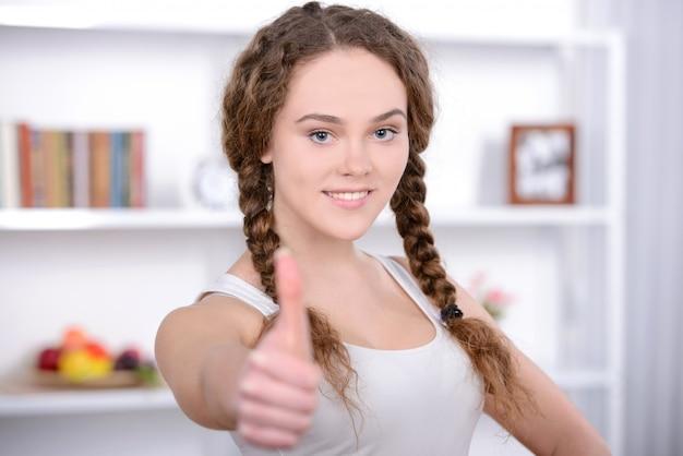 Portret van jonge mooie vrouw die geschiktheid thuis maakt.