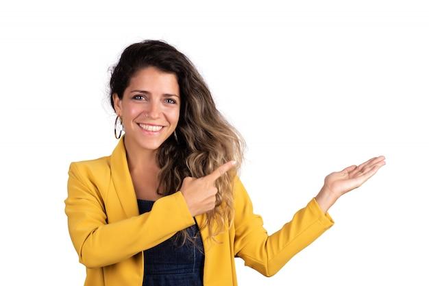 Portret van jonge mooie vrouw die iets toont