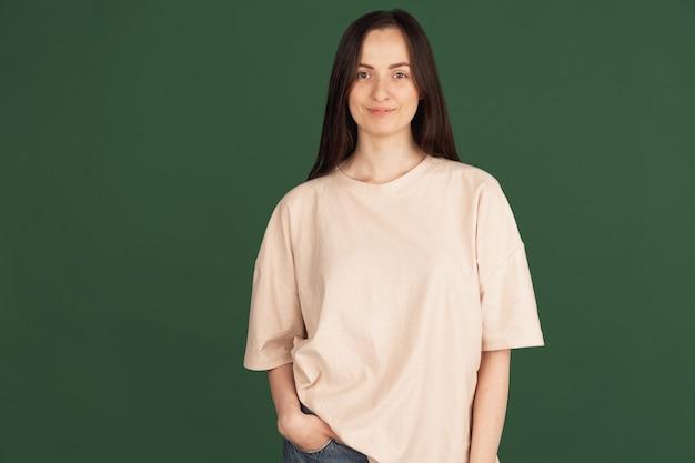Portret van jonge mooie vrouw geïsoleerd op green