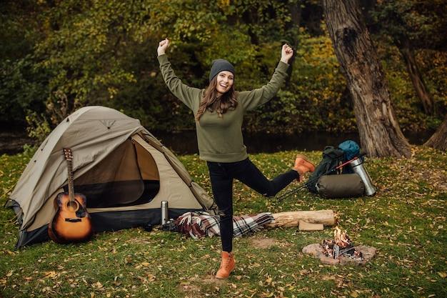 Portret van jonge mooie vrouw in bos op haar toeristenoutfit