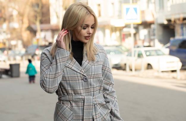 Portret van jonge mooie vrouw in herfst jas. mode foto.