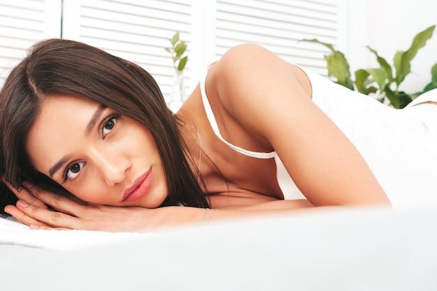 Portret van jonge mooie vrouw in witte pyjama