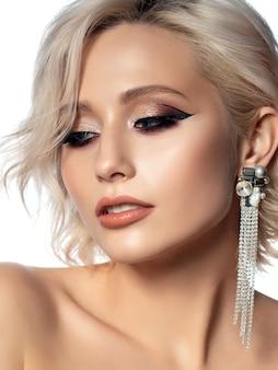 Portret van jonge mooie vrouw met avond make-up