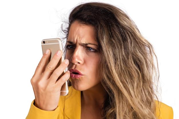 Portret van jonge mooie vrouw met behulp van haar mobiele telefoon