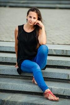 Portret van jonge mooie vrouw met blote schouders, op zomertijd