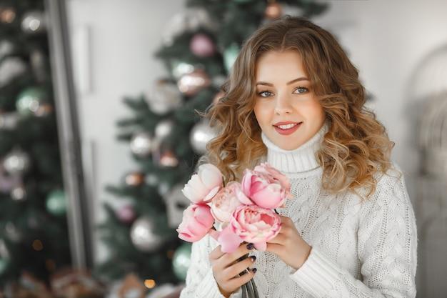 Portret van jonge mooie vrouw met een boeket