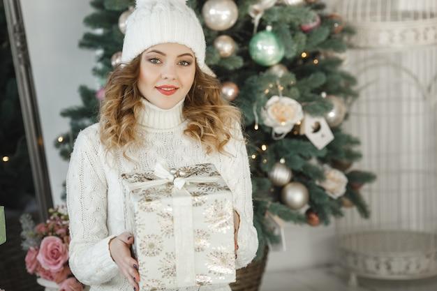 Portret van jonge mooie vrouw met een geschenkdoos