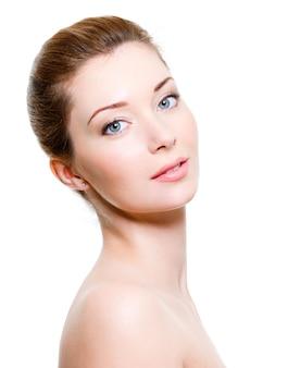 Portret van jonge mooie vrouw met een gezonde huid