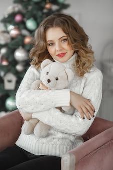 Portret van jonge mooie vrouw met een teddybeer