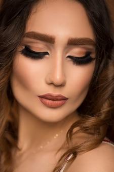 Portret van jonge mooie vrouw met fashion make-up en nat haar.