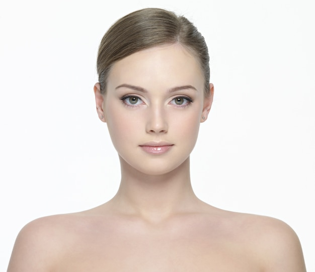 Portret van jonge mooie vrouw met frisse schone huid op wit wordt geïsoleerd