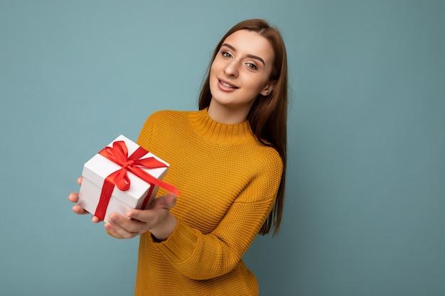 Portret van jonge mooie vrouw met giftdoos