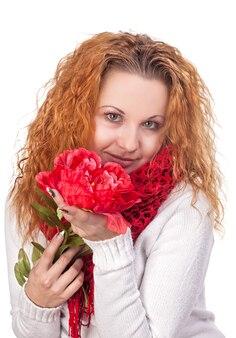 Portret van jonge mooie vrouw met rode bloem