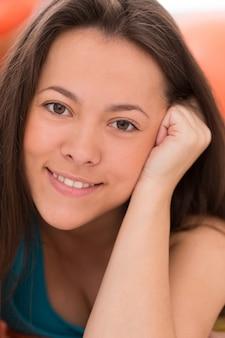 Portret van jonge mooie vrouw