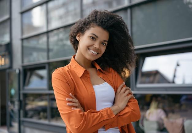 Portret van jonge mooie zakenvrouw met gekruiste armen