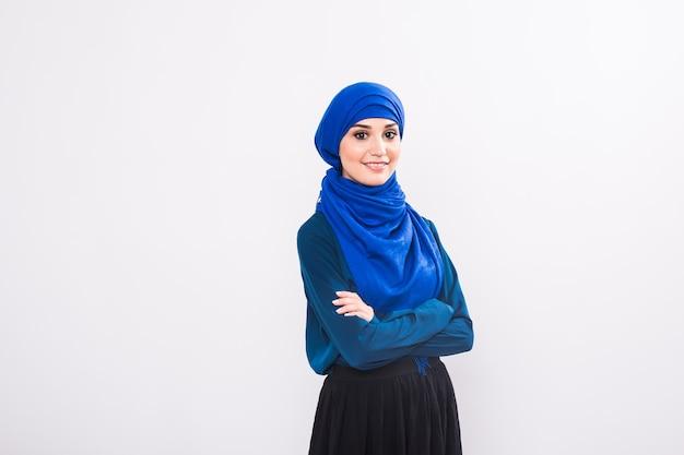 Portret van jonge moslimvrouw die traditionele arabische kleding draagt.