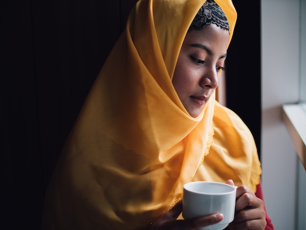 Portret van jonge moslimvrouw in coffeeshop