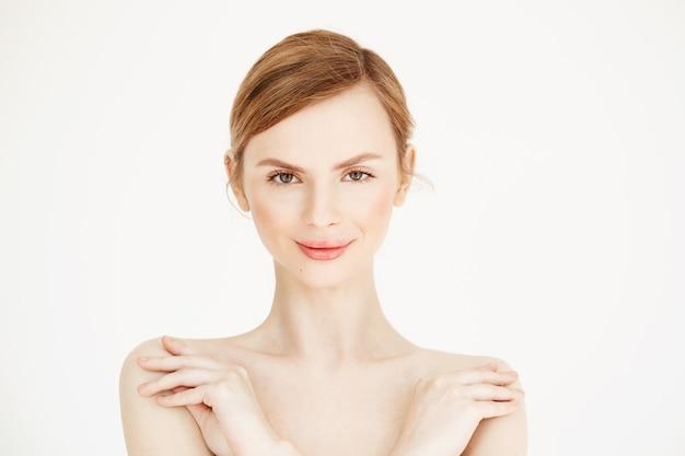 Portret van jonge naakte mooi meisje met een gezonde schone huid lachend. cosmetologie en schoonheid concept.