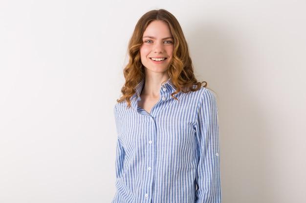 Portret van jonge natuurlijke mooie vrouw met krullend kapsel close-up