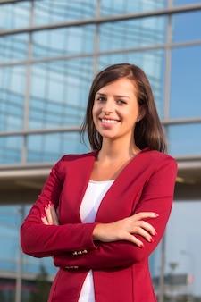 Portret van jonge onderneemster voor bureaubilding