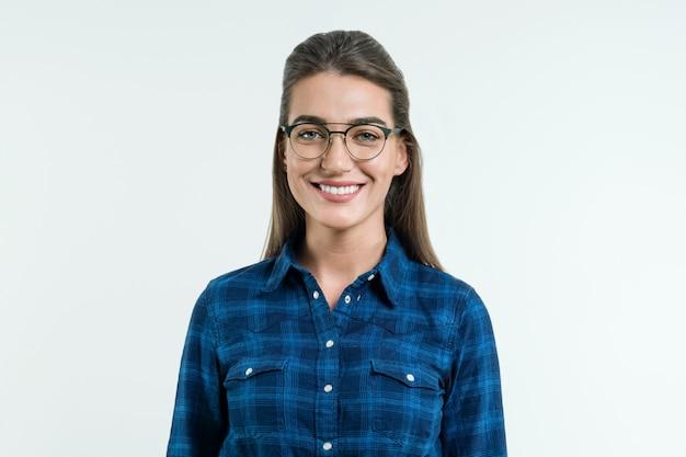 Portret van jonge positieve vrouw