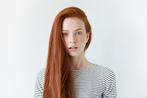 Portret van jonge roodharige vrouw
