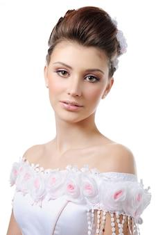 Portret van jonge schoonheidsbruid met stijlkapsel en samenstelling