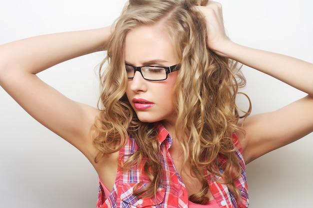 Portret van jonge sensuele blonde vrouw. studio opname.