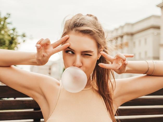 Portret van jonge speelse hipster vrouw