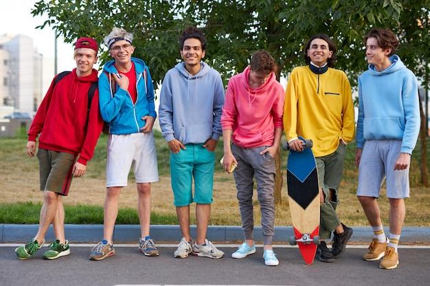 Portret van jonge sportieve team van tieners met skateboards
